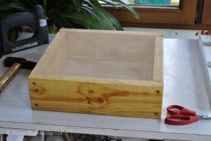 Pose de la moustiquaire synthétique du coussin de la ruche Warré.