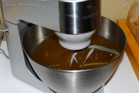 Quatrième étape de la fabrication du candi : on mélange la préparation lorsque celle-ci atteint environ 60°C. Elle se trouble et devient plus pâteuse.