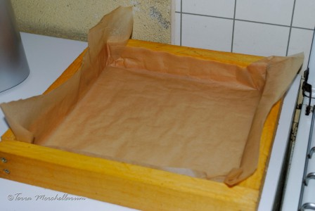 Huitième étape de la fabrication du candi : j'ai placé une feuille de papier sulfurisé dans un cadre nourrisseur.