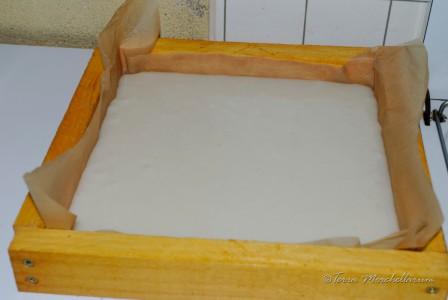 Dernière étape de la fabrication du candi : la pâte est versée dans le cadre nourrisseur qui sert de moule.