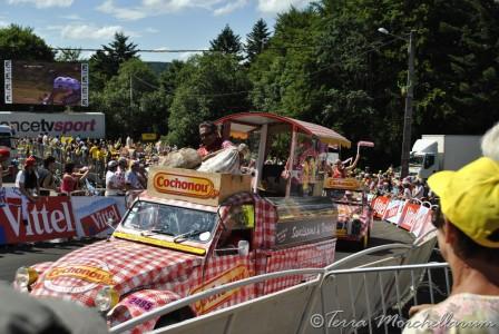 Arrivée de la  caravane publicitaire dont une partie des 2CV Cochonou ont rendu l'âme dans la montée ce jour-là.