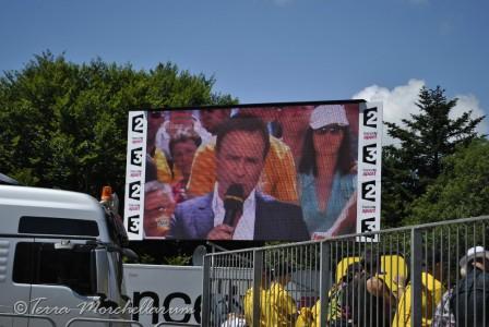L'écran géant permet de profiter de l'étape et voir passer les coureurs.